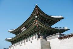 11 de enero de 2016 en Seul, la puerta de Gwanghwamun de la Corea del Sur y la pared de los palacios Fotografía de archivo