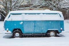3 de enero de 2017 Eugene Or: Un autobús micro de VW se entierra en una manta de la nieve Imagen de archivo libre de regalías