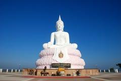4 de enero de 2009 - Lopburi, TAILANDIA: Estatua blanca grande de Buda encendido Fotos de archivo