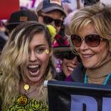 21 DE ENERO DE 2017, LOS ÁNGELES, CA Miley Cyrus y Jane Fonda participan en marzo de las mujeres, 750.000 activistas que protesta Imagen de archivo libre de regalías