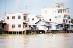 28 de enero de 2014 - MI THO, VIETNAM - casas por un río, el 28 de enero, 2 Imagen de archivo libre de regalías