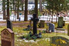 22 de enero de 2017: Piedras sepulcrales en el cementerio i de Skogskyrkogarden Imagen de archivo