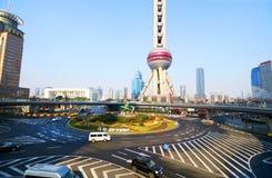25 de enero de 2017 Shangai, China Círculo financiero del tráfico local de Shanghai Pudong Decoraciones chinas del Año Nuevo Imagen de archivo libre de regalías