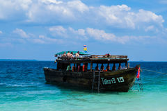 19 DE ENERO DE 2015: Turista en la playa en Tailandia, Asia Bambú Isl Fotografía de archivo libre de regalías