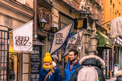 21 de enero de 2017: Turistas por el restaurante de Aifur en el viejo a Foto de archivo libre de regalías