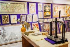 27 de enero de 2019 - Egipto, Sharm el-Sheikh Pintura del papiro exhibida en tienda con el dispositivo para la fabricación del pa imagen de archivo libre de regalías