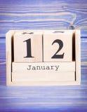 12 de enero Fecha del 12 de enero en calendario de madera del cubo Imágenes de archivo libres de regalías