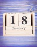 18 de enero Fecha del 18 de enero en calendario de madera del cubo Foto de archivo