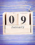 9 de enero Fecha del 9 de enero en calendario de madera del cubo Imagen de archivo