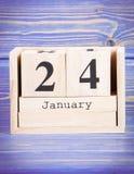 24 de enero Fecha del 24 de enero en calendario de madera del cubo Imagen de archivo