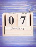 7 de enero Fecha del 7 de enero en calendario de madera del cubo Imágenes de archivo libres de regalías