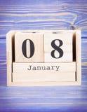 8 de enero Fecha del 8 de enero en calendario de madera del cubo Imagen de archivo