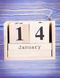 14 de enero Fecha del 14 de enero en calendario de madera del cubo Imágenes de archivo libres de regalías