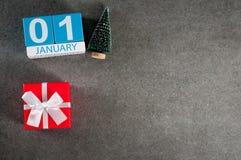 1 de enero imagen 1 día de mes de enero, calendario con el regalo de Navidad y árbol de navidad Fondo del Año Nuevo con vacío Fotografía de archivo