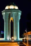20 de enero monumento, bandera azerbaiyana y sepulcros en la noche Foto de archivo