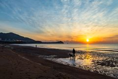 24 de enero de 2018, Qingdao, Shandong Salida del sol en la playa de Shilaoren Imagen de archivo