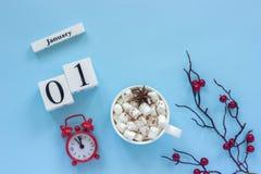 1 de enero taza de cacao con las melcochas y el despertador imagenes de archivo