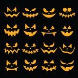 De enge pictogrammen van de pompoengezichten van Halloween oranje die op zwarte worden geplaatst Stock Fotografie