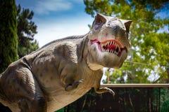 De enge t -t-rex monsterdinosaurus jacht in bos stock foto