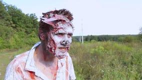 De enge zombieën kwamen uit het bos en keken rond stock footage
