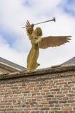 De engel met een gasmaskerstandbeeld Stock Afbeelding