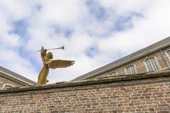 De engel met een gasmaskerstandbeeld Royalty-vrije Stock Foto