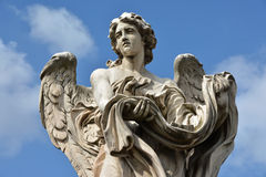 De engel met Kledingstuk en dobbelt van Ponte Sant'Angelo, in Rome stock foto