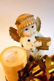 De engel van Kerstmis met gouden vleugels en harp, kaars Stock Foto's