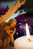 De engel wordt verwarmd bij een kaarsvlam Royalty-vrije Stock Afbeelding