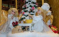 De engelen bakken de cake voor de Kerstmis-Vakantie Royalty-vrije Stock Afbeeldingen