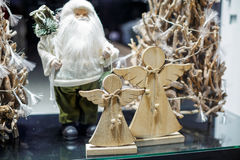 De engelen van Santa Claus en van Kerstmis in de showcase Royalty-vrije Stock Foto