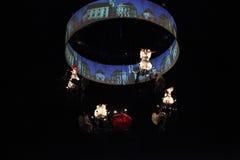 De engelen werpen confettien in de donkere nacht Stock Afbeelding