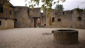 De Engelse Auge binnenplaats van kasteelcrevecoeur in Normandië Frankrijk stock video