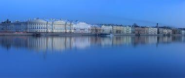 De Engelse dijk, Heilige Petersburg, Rusland Stock Foto's