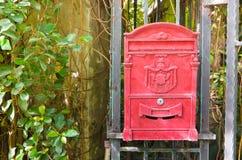 De Engelse rode brievenbus hangt op poort Royalty-vrije Stock Fotografie