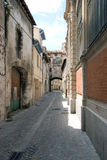 De engte cobbled oude straat Stock Afbeeldingen