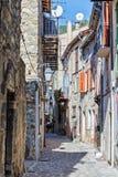 De engte cobbled straten in het oude dorp Frankrijk stock afbeeldingen