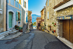 De engte cobbled straten met bloemen in het oude dorp Gourdon, Royalty-vrije Stock Foto