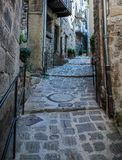 De engte cobbled straten in oud dorp Lyuseram, Frankrijk stock foto's