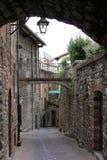 De engte overspande romantische steeg in Gubbio, Italië Royalty-vrije Stock Fotografie