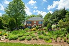 De enige Gemodelleerde Tuin van het Huis van het Huis van de Familie Bloem Royalty-vrije Stock Fotografie