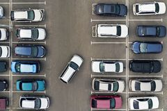 De enige lege parkeerplaats in parkeerterrein Navigatie in het parkeerterrein Het zoeken naar lege ruimte voor parkeren Het parke royalty-vrije stock fotografie