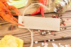 De enige rode gekookte rivierkreeften naderen en verse groene dille en chips en verspreide peper en zout en roodgloeiende peper e royalty-vrije stock foto's