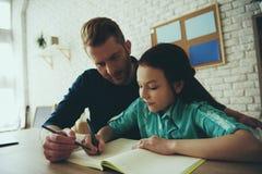 De enige rode haired vader helpt dochter stock afbeeldingen