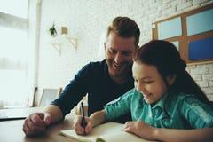 De enige rode haired vader helpt dochter stock foto's