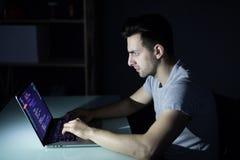 De enige solitaire werken van de computerhakker in de donkere het begaan misdaad in nacht Royalty-vrije Stock Foto