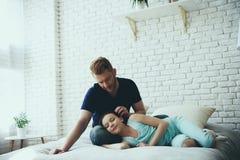 De enige vader strijkt haar van dochter royalty-vrije stock foto
