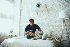 De enige vader strijkt haar van dochter stock afbeeldingen