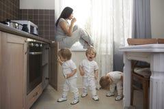 De enige veilige plaats om koffie voor de moeder met vele kinderen te drinken royalty-vrije stock foto's