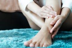 De de enkelverwonding van het vrouwenbeen/pijnlijk, vrouwen raakt het been van de pijnenkel royalty-vrije stock foto's
